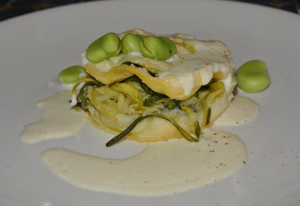 Ricotta-Zucchini-Lasagnette mit frischen Fave und Pecorinocrème