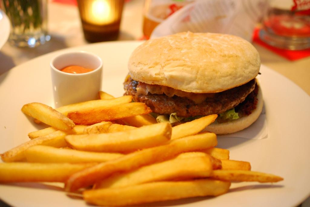 Marks Cheeseburger mit Speck und Pommes Frites