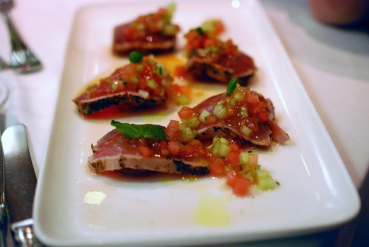 Thunfisch Sashimi mit Wassermelone, Gurke und Koriander