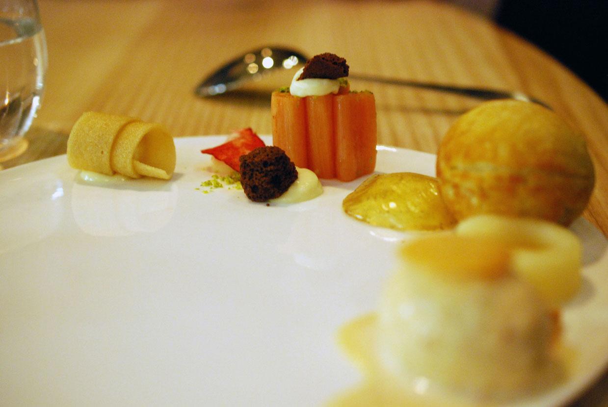 Apfel-Rhabarber, Salzmandel-Eis, Honig, Apfelkrapfen