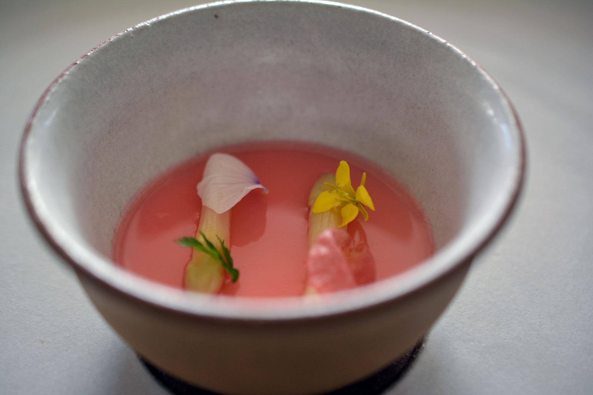 Spargel mit Rhabarber-Vanillepudding und Kaviar