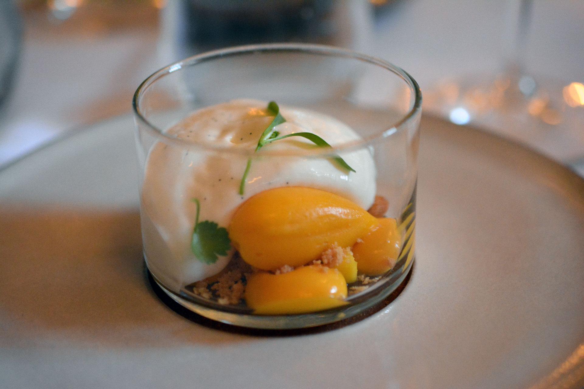 Schafmilch-Käsekuchen mit Mango und Erdnüssen