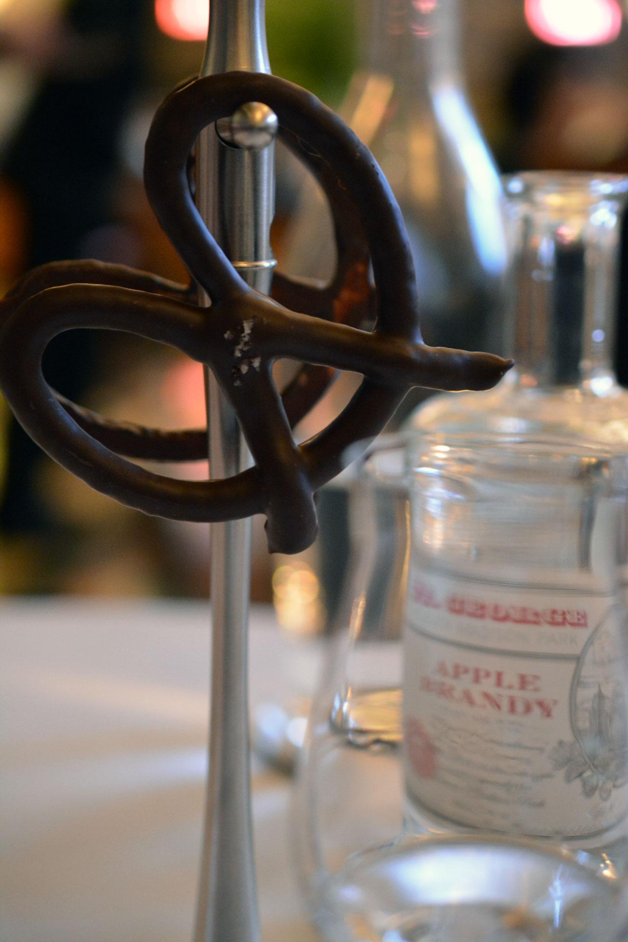 Schoko-Brezel mit Meersalz und Apfel-Brandy