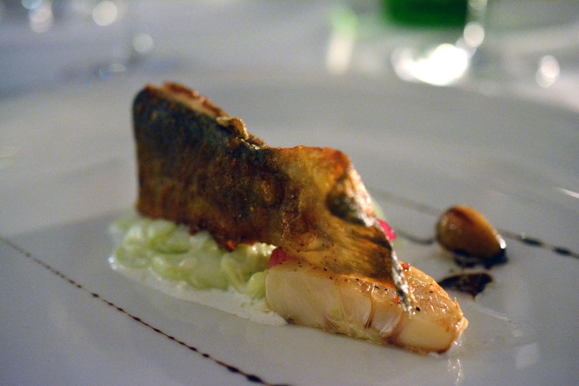 Knusprig gebackener Saibling mit Rahmgurkensalat und frischem Knoblauch