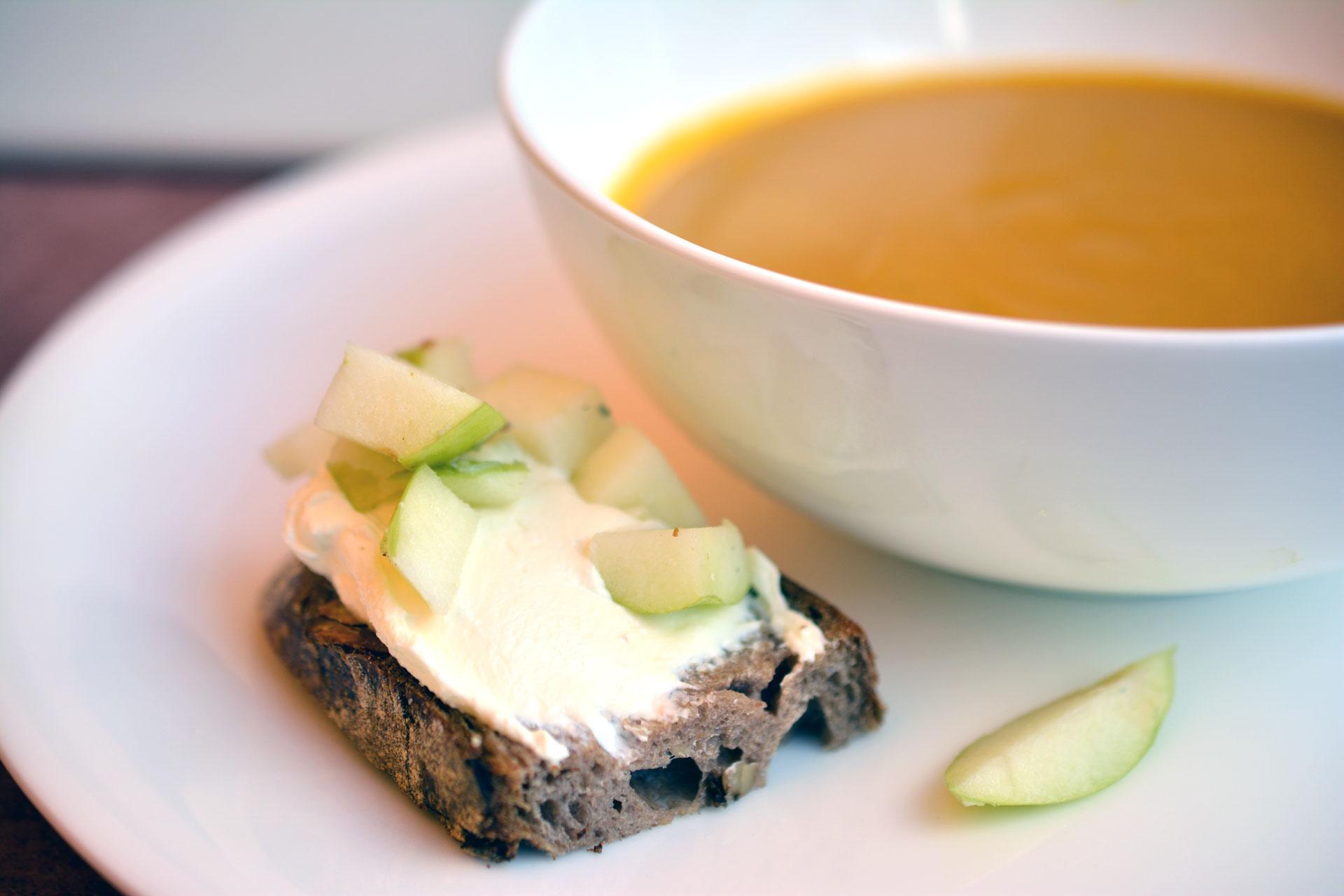 Quitten-Kürbissuppe mit Apfel-Frischkäse Brot