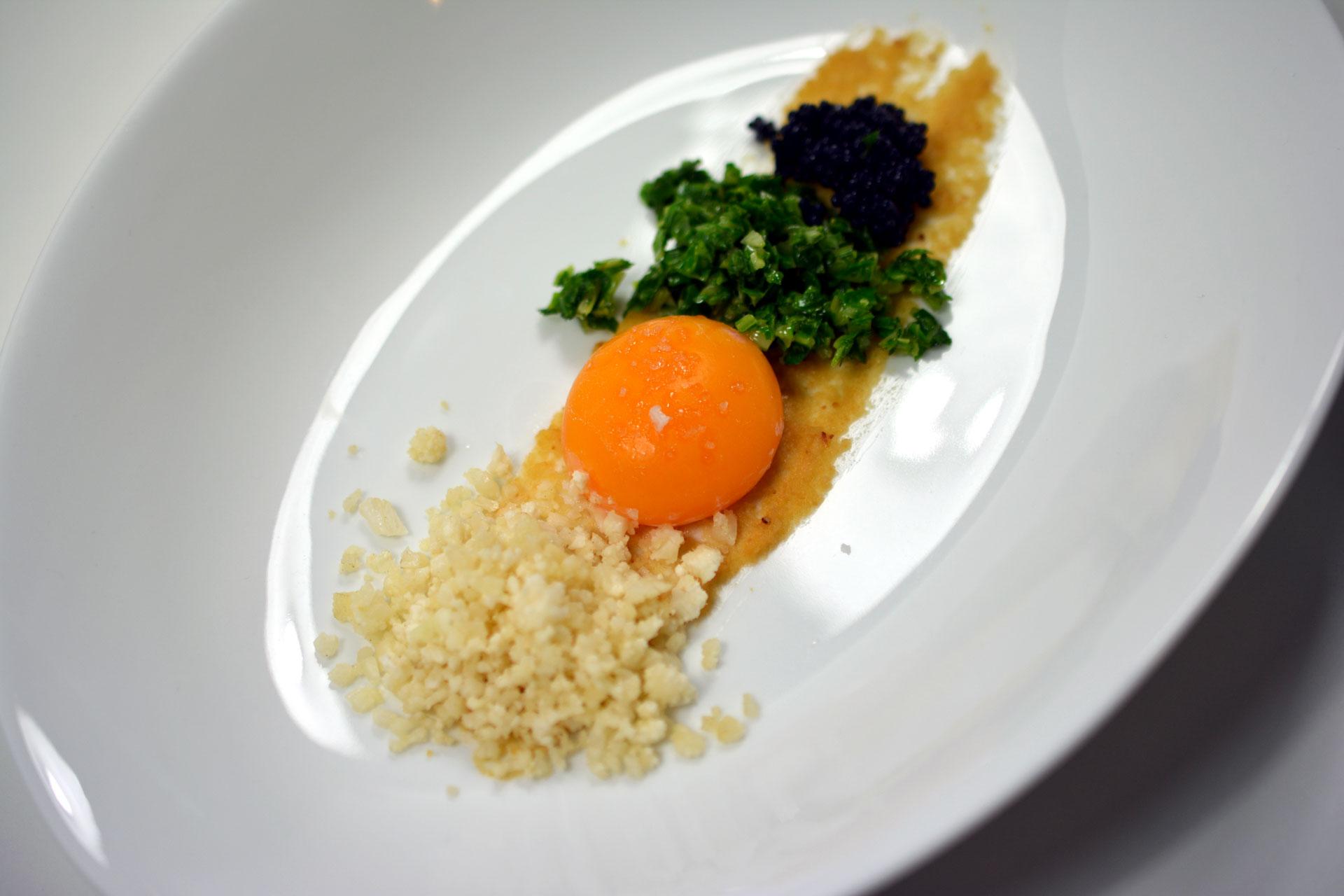 Karfiolcremesuppe mit Eidotter und Kaviar