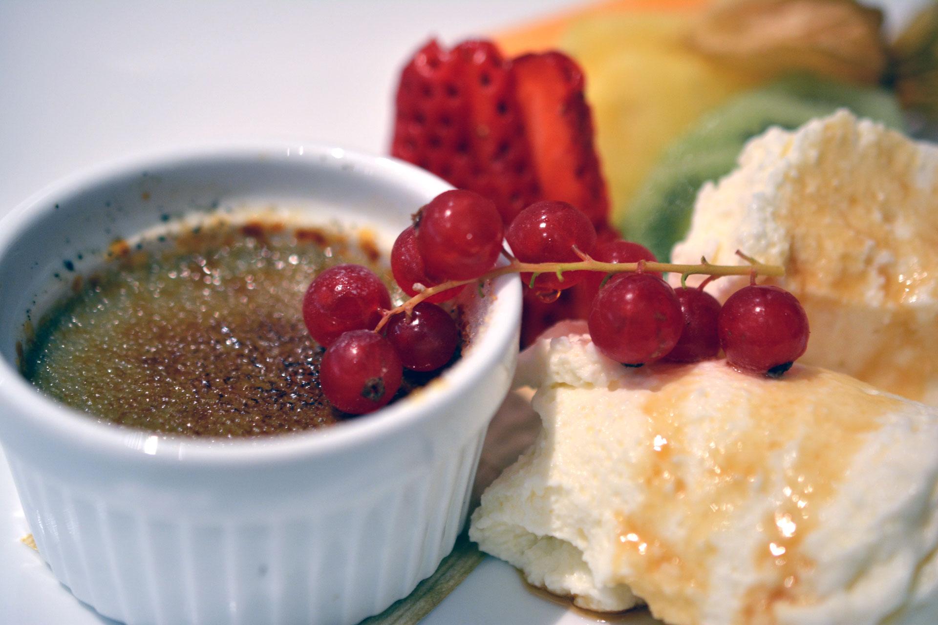 Crème Brûlée mit schwarzem Sesam, Früchten und Panna Cotta