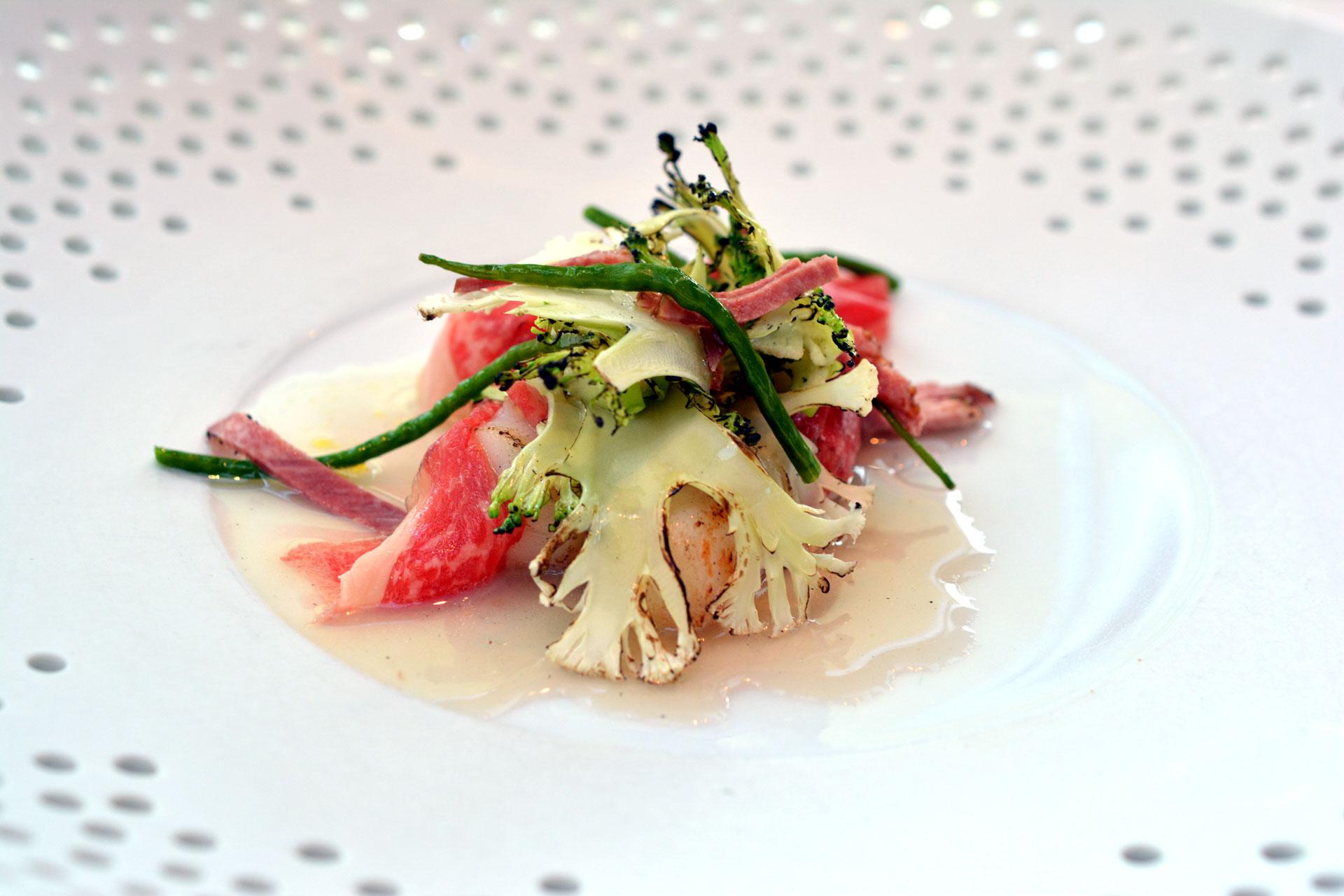 Ochsenmaulsalat: Kobe Beef & Kamm-Muscheln, Rapssprossen & Fichtenwipferl, Violetter Karfiol & Brokkoli