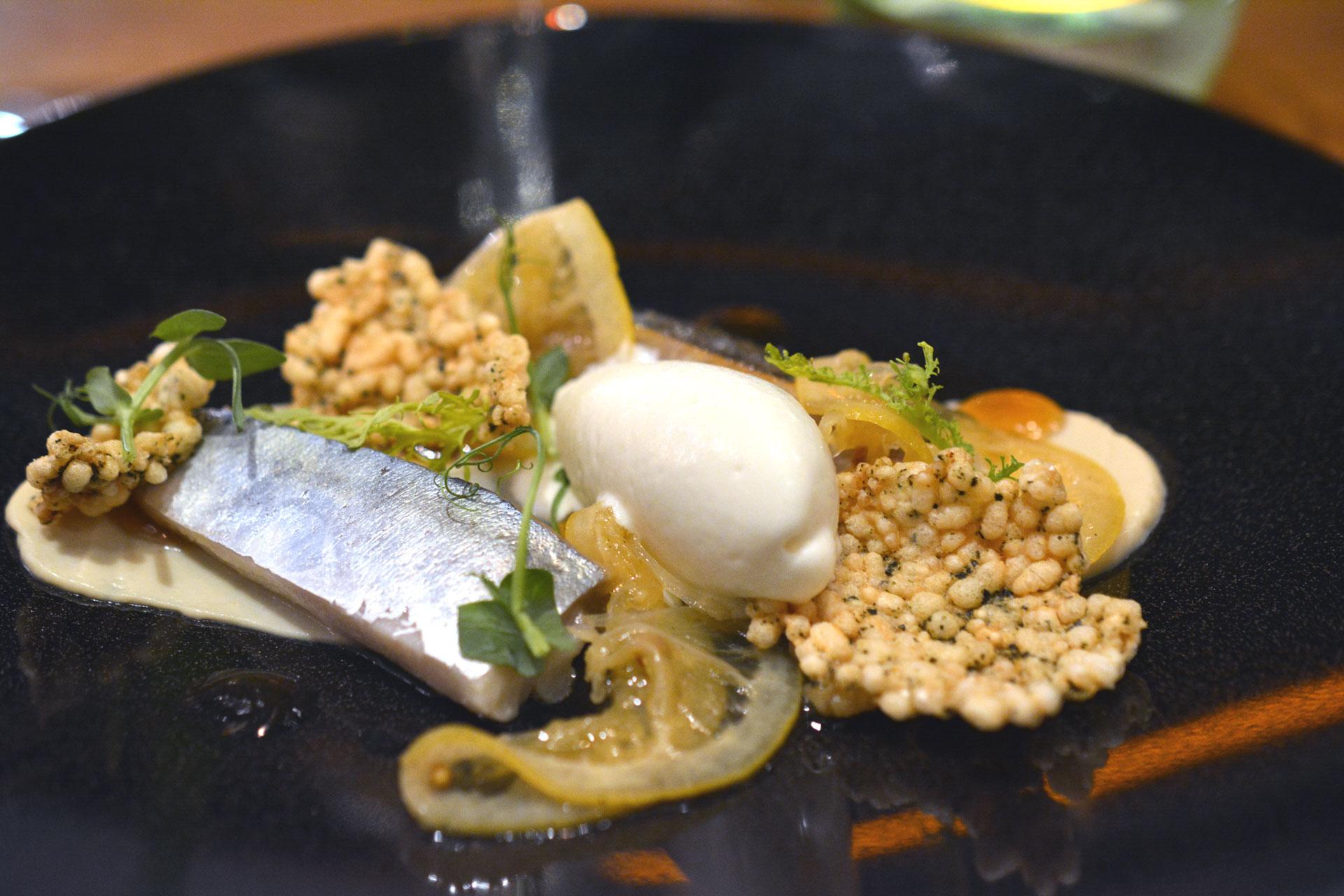 Makrele mit Krensorbet und knusprigen Noriblatt-Puffreis