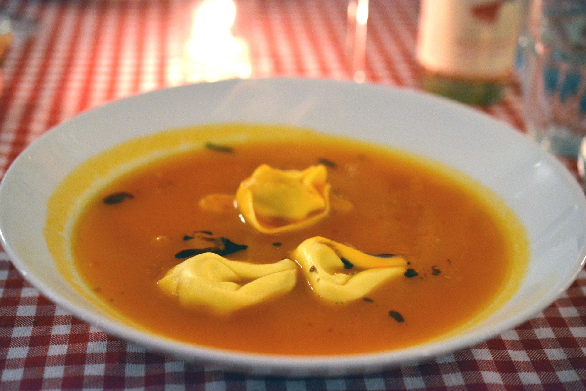 Flüssiger Kürbis: Kürbis-Ingwer Suppe mit Gambas und Zitronen-Topfen Tortellini