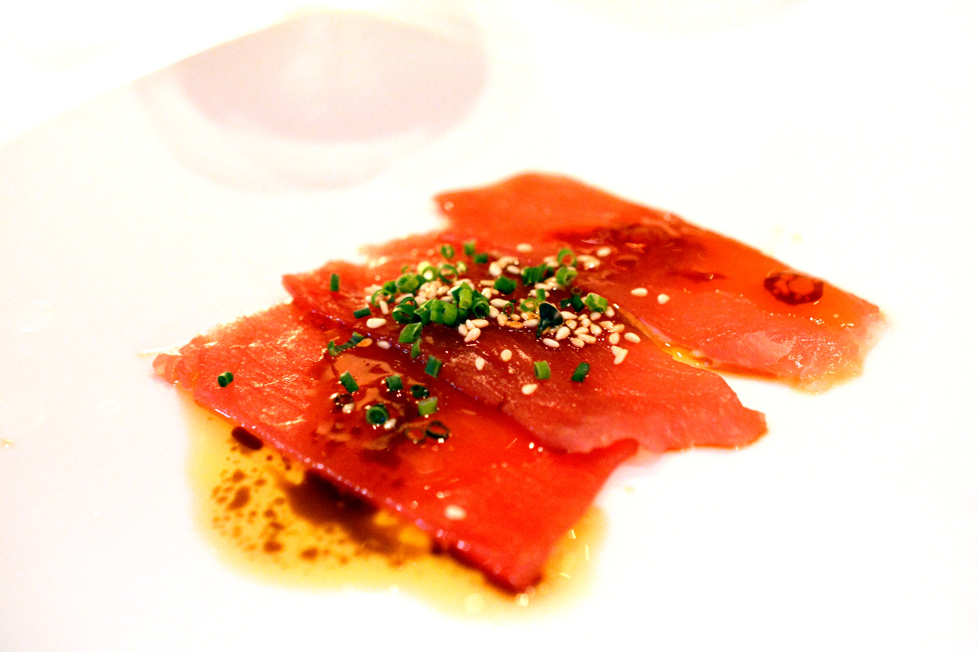 Rohes Thunfischfilet dünn geschnitten auf Feigencreme