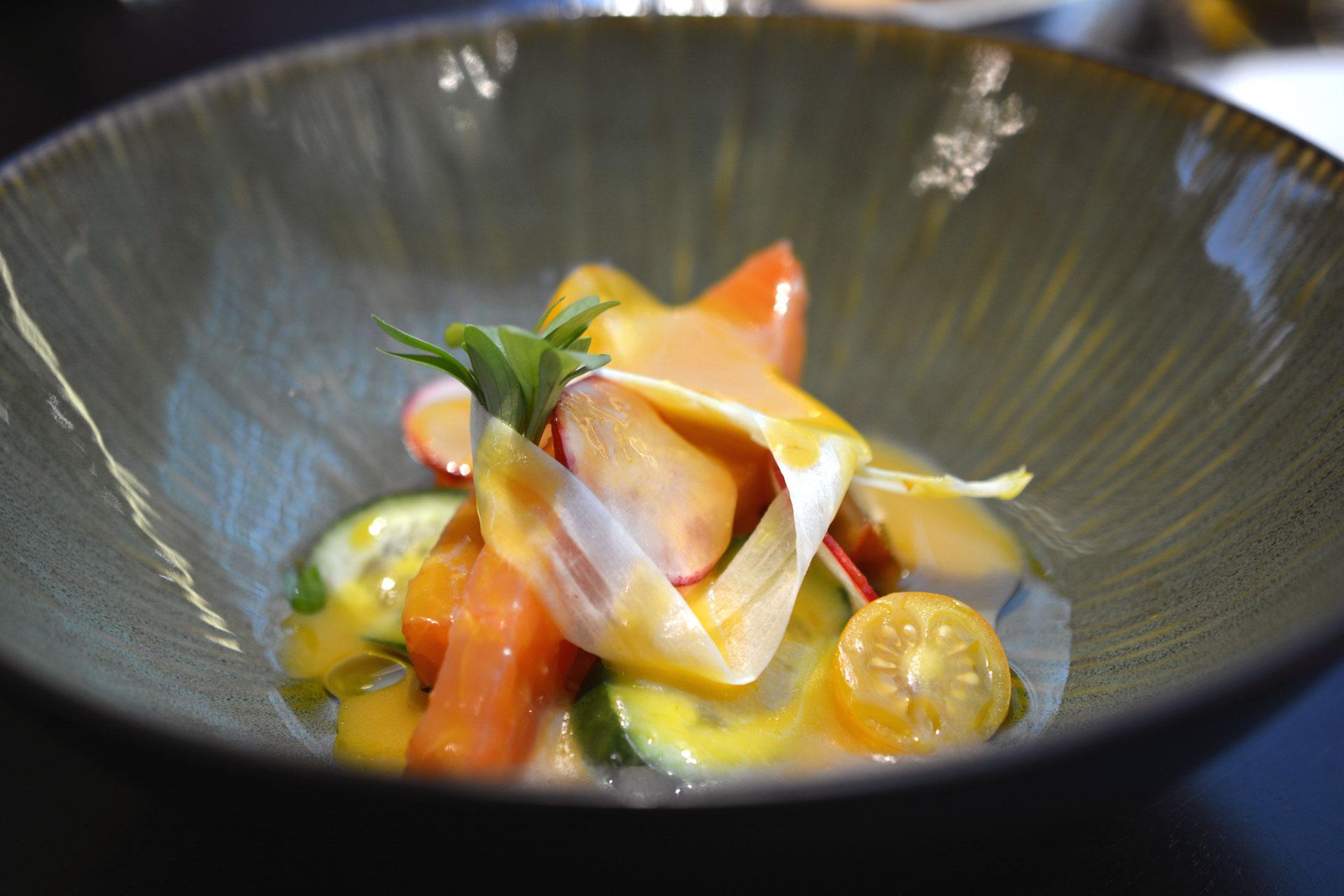 Lachsforelle Crudo, Chilli Marmelade, Koriander, Fenchel