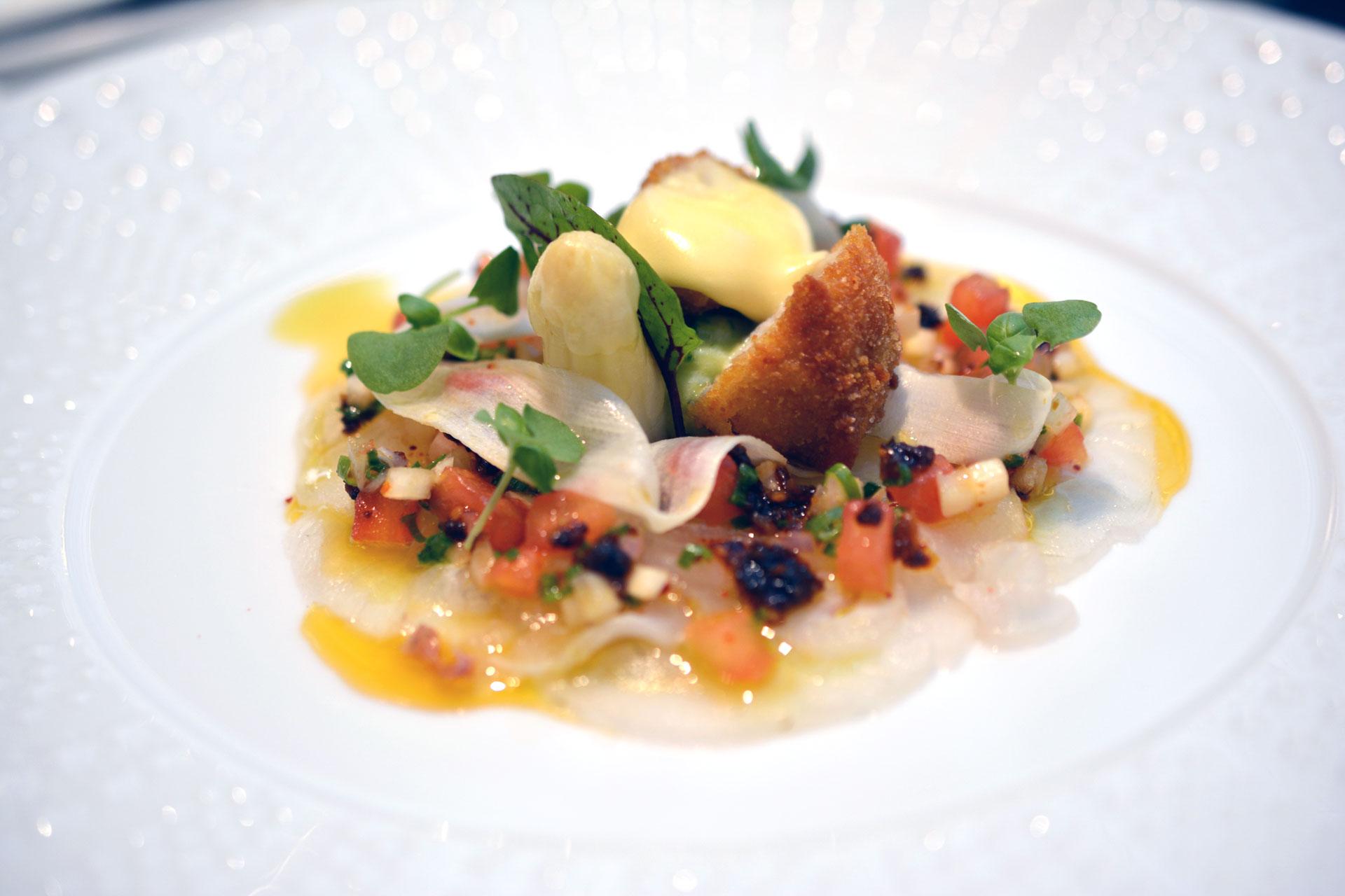 Zander Carpaccio, Tomaten Spargel Vinaigrette, Kalbsbries, Bärlauch Mayonnaise