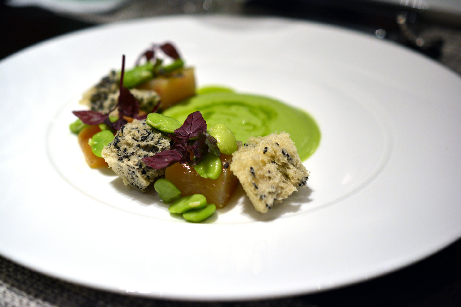 Kalt geräucherte Seeforelle mit Saubohnen, schwarzer Sesam